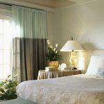 Двухцветные шторы в интерьере спальни