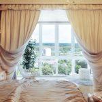 Двухслойные занавески в спальной комнате