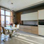 Интерьер кухни с линейным гарнитуром