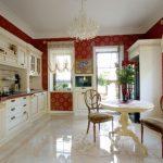 Классический интерьер кухни с керамическим полом
