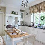 Короткие шторы на кухонном окне в частном доме