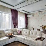 Фиолетовые занавески в гостиной с белым диваном