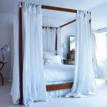 Занавески с лентами на балдахине в спальне