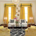 Желтые занавески в комнате с бежевыми стенами