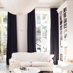 Белый диван и черные шторы