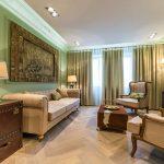Дизайн современной гостиной с плотными шторами