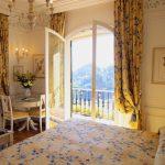 Спальная комната с дверью на балкон
