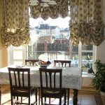 Короткие занавески на кухонном окне