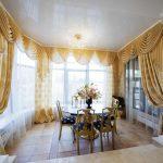 Золотистые шторы в гостиной частного дома