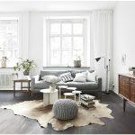 Шкура на полу гостиной в скандинавском стиле
