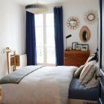 Синие портьеры в маленькой спальной комнате