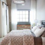 Белые занавески в спальне стиля лофт