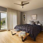 Деревянный пол в спальне с большим окном