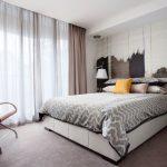 Оформление панорамного окна в современной спальне
