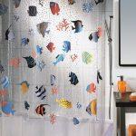 Рыбки на тканевой шторке в ванной