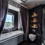 Темные шторы в дизайне ванной