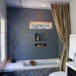 Серая стена в ванной загородного дома