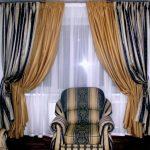 Трехцветные шторы на окне с белым тюлем