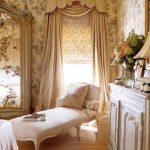 Удобная кушетка в спальне стиля прованс