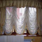 Французская штора на окне кухни