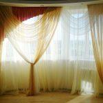 Тюлевая композиция на окне гостиной