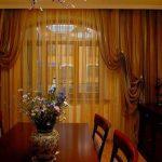 Нежная органза на окне небольшой гостиной