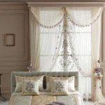 Декоративные подушки на кровати в спальне супругов