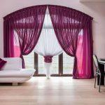 Фиолетовый шторы на большом окне с аркой