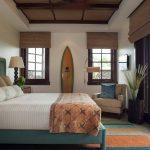Бамбуковые шторы на окнах деревенской спальни