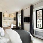 Прямые портьеры темного цвета в белой спальне