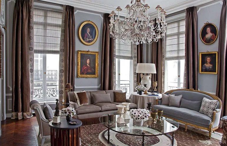 Портьеры из дорогой ткани в гостиной французского стиля