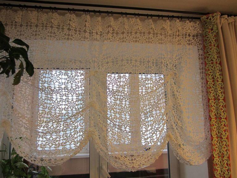 Декор окна спальни вязаной шторкой на французский манер
