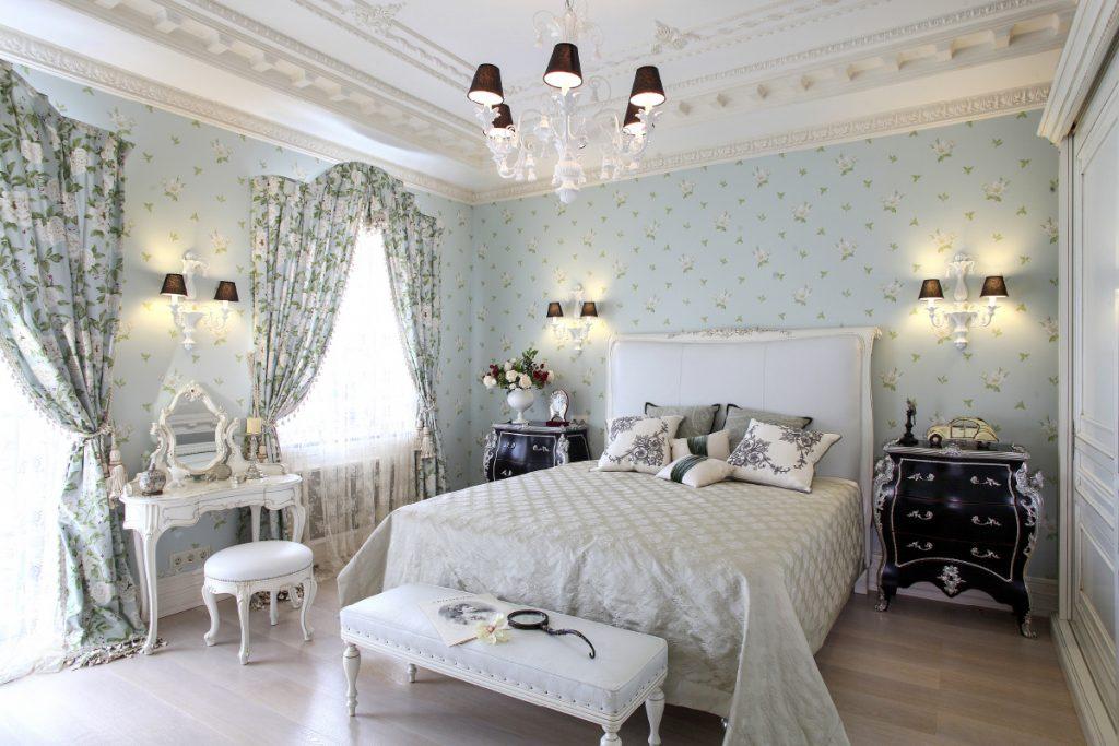 Серые шторы в спальне с бумажными обоями