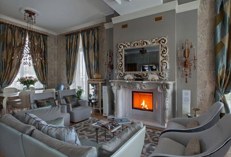 Плотные шторы в гостиной с камином