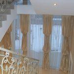 Интересные шторы для оформления окон на лестничных проемах