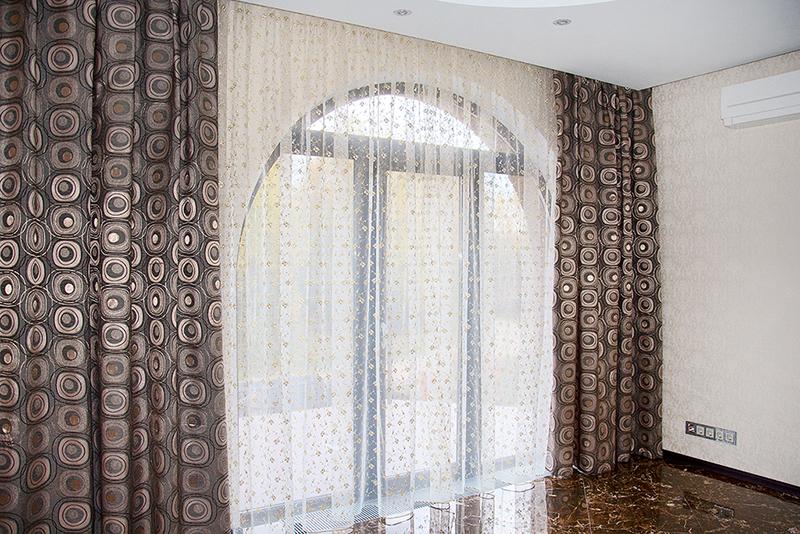 классические коричневые шторы
