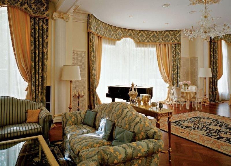 Шторы с жестким ламбрекеном в интерьере классической гостиной