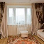 Комбинирование двух видов штор и полупрозрачного тюля для бежевой гостиной