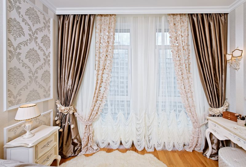 Комбинированные шторы на окне в городской квартире