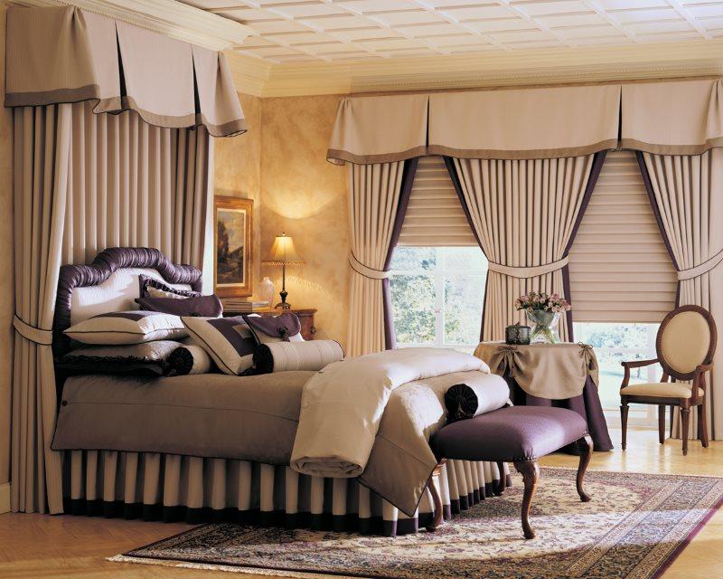 Плотные ночные шторы на окне спальни