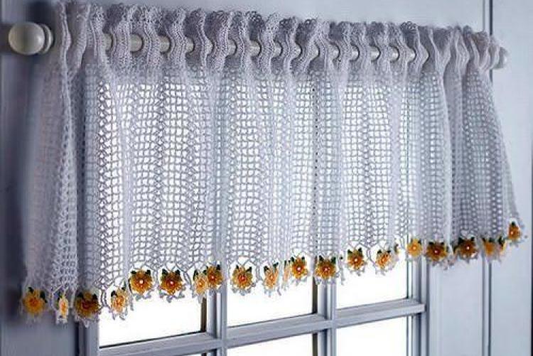 Короткая занавеска ручной вязки на деревянном окне