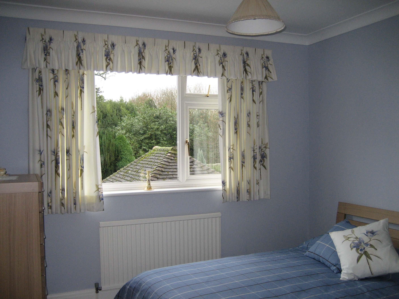 короткие шторы до подоконника в спальню идеи оформления