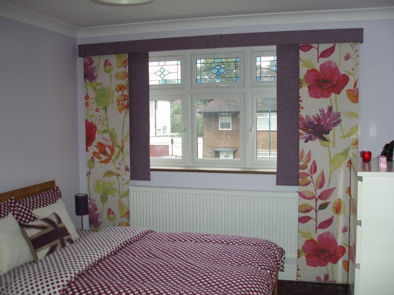 Окно в спальне в короткими шторами японского типа