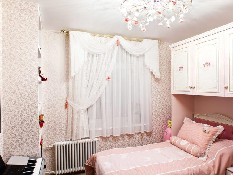 Короткие занавески из белого тюля в спальне девочки