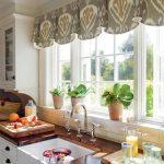 короткие шторы на кухне варианты фото