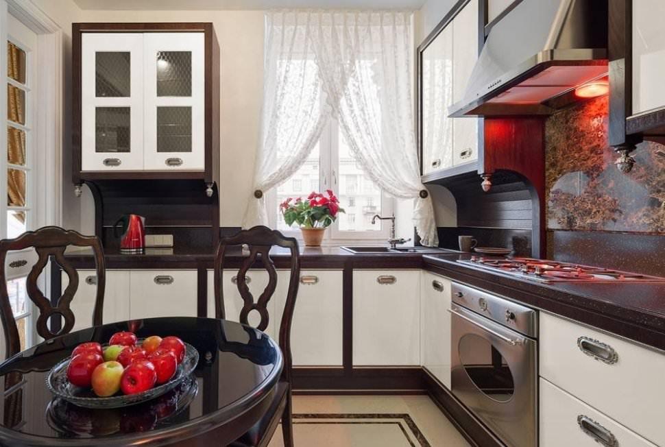 Светлая короткая занавеска на кухонном окне