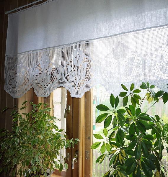 Белая занавеска кошкин дом на окне кухни