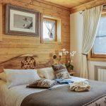 Красивое оформление окон разных размеров в спальне