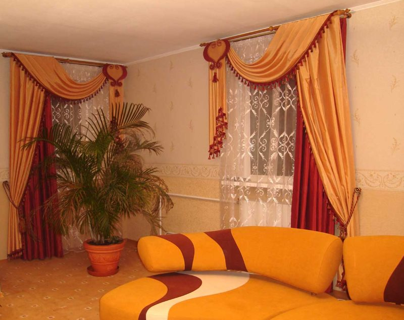 Красивые двойные шторы в современной гостиной
