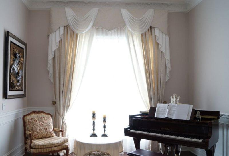 Рояль в зале с комбинированным ламбрекеном
